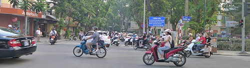 Ngã tư Quang Trung, cạnh vườn hoa Tây Sơn , trước cửa Tiểu học Trần Quốc Toản, lực lượng công an, Thanh tra giao thông và Trật tự đô thị tham gia điều hành luồn xe cộ trong ngay khai giảng năm học mới