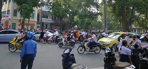 Cảnh sát, thanh tra giao thông được tăng cường nhưng ô tô, xe máy vẫn dừng đỗ rất tùy tiện