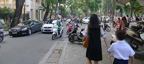Rất ít trẻ em đi bộ đến trường dù vỉa hè tuyến phố này khá quang vắng, sạch sẽ