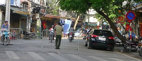 Phố Hàng Nón được tổ chức chắn đường từ Hàng Hòm đến Lương Văn Can để dành lòng đường cho học sinh THCS Nguyễn Du tập trung, xếp hàng khai giảng
