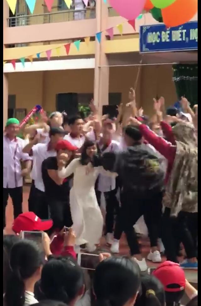 Hình ảnh học sinh nhảy nhót không phù hợp môi trường giáo dục diễn ra sau lễ khai giảng tại trường THPT Y Jút (ảnh cắt từ clip)