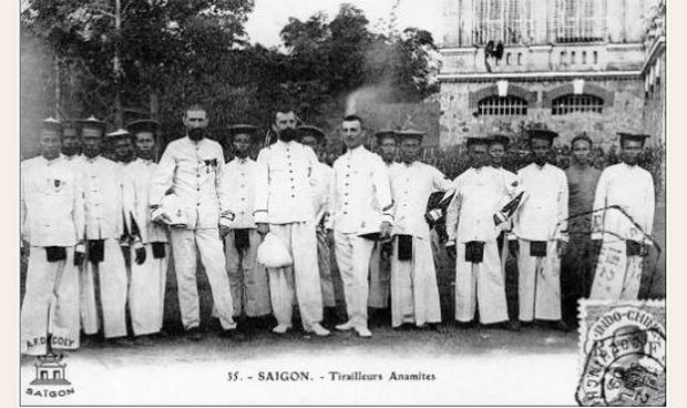 Sĩ quan Pháp và thân binh người Việt.