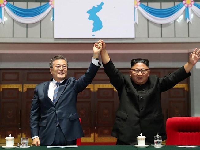 Tổng thống Moon (trái) và Chủ tịch Kim tại Bình Nhưỡng. Ảnh: REUTERS