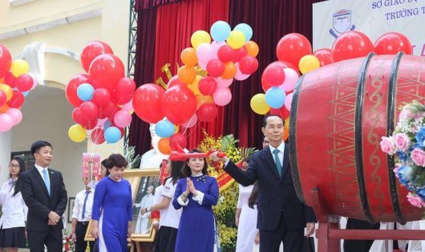 Cố Chủ tịch nước Trần Đại Quang đánh trống khai giảng tại Trường THPT Chu Văn An (Ảnh Tư liệu nhà trường)