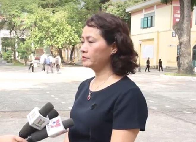 Bà Mai Anh trao đổi, Trường THPT Chu Văn An hứa sẽ làm tốt nhất những nhiệm vụ được giao và những lời căn dặn của cố Chủ tịch nước Trần Đại Quang để tỏ rõ tấm lòng tôn kính.