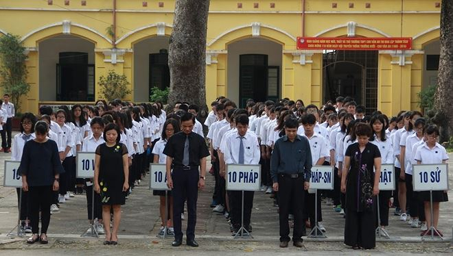 Thầy trò trường THPT Chu Văn An mặc niệm cố Chủ tịch nước Trần Đại Quang.