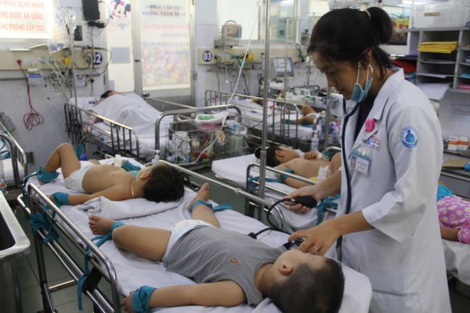 Những ngày này, phải có mặt ở khoa Nhiễm – thần kinh bệnh viện Nhi đồng 1 mới chiến kiến hết sự vất vả của các y bác sĩ nơi đây. Lượng trẻ nhập viện điều trị vì bệnhtay chân miệngtăng gấp 5 lần so với tháng trước khiến nhân viên y tế phải gồng mình cứu chữa.