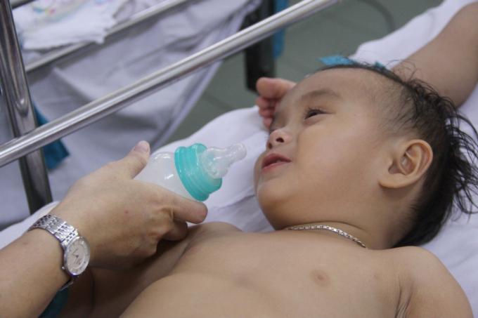Một bé sau khi được y bác sĩ chăm sóc, sức khỏe đã dần ổn định, đã có thể nở nụ cười