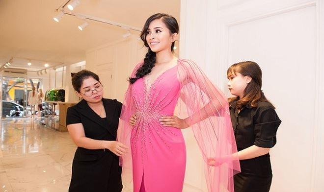 Hoa hậu Tiểu Vy lựa chọn trang phục trước khi lưu diễn.