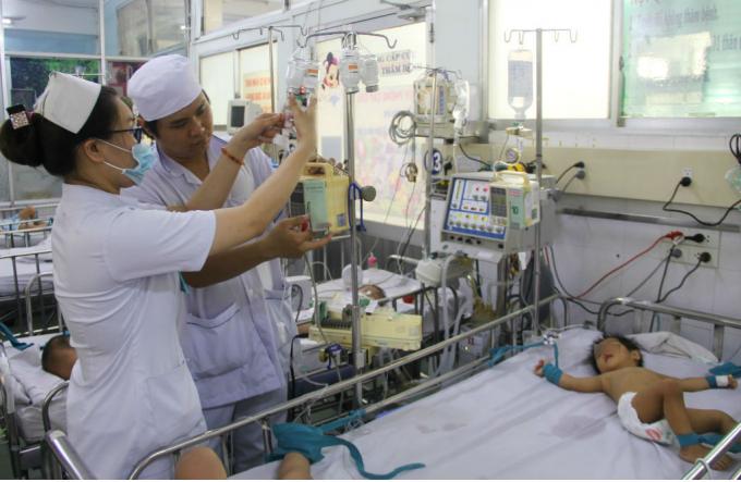 Không chỉ nhập viện với số lượng đông, mà còn có nhiều ca nặng. Lúc nào trong khoa cũng có trên 20 bé phải thở máy, lọc máu. Với những ca bệnh này, y bác sĩ cũng sẽ để ý hơn.
