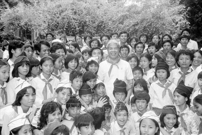 Chủ tịch Hội đồng Bộ trưởng Đỗ Mười gặp gỡ thiếu nhi Hà Nội và Thái Bình nhân dịp các cháu vào viếng lăng Bác và thăm Bảo tàng Hồ Chí Minh, ngày 19/5/1990. Ảnh: Minh Đạo/TTXVN