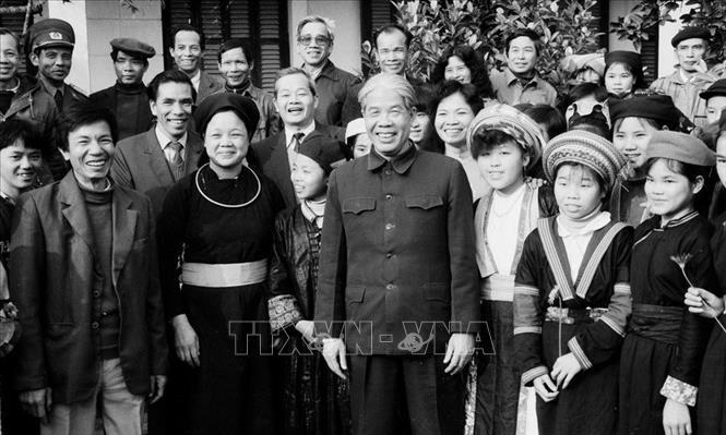 Tổng Bí thư Đỗ Mười thăm trường PTTH dân tộc tỉnh Tuyên Quang, tháng 2/1992. Ảnh: Xuân Lâm/TTXVN