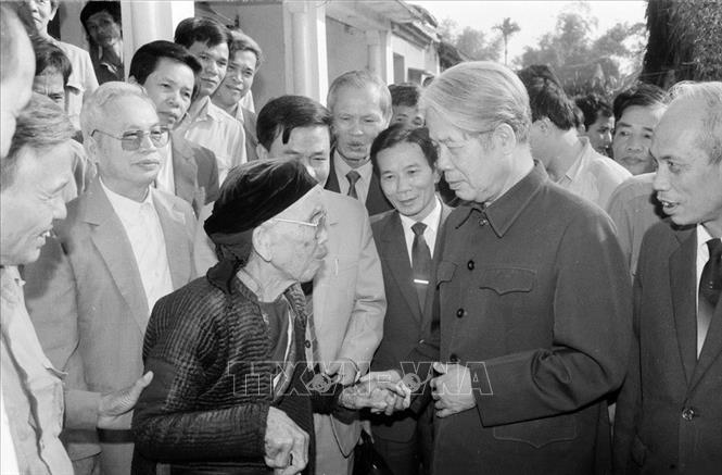 Tổng Bí thư Đỗ Mười nói chuyện thân mật với nhân dân xã Lê Lợi, huyện Thường Tín (Hà Tây cũ), ngày 1/11/1992. Ảnh: Xuân Lâm/TTXVN
