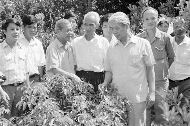Tổng Bí thư Đỗ Mười thăm một hộ làm kinh tế giỏi ở thị trấn Chũ, huyện Lục Ngạn, tỉnh Bắc Giang (tháng 9/1994). Ảnh: Xuân Lâm/TTXVN
