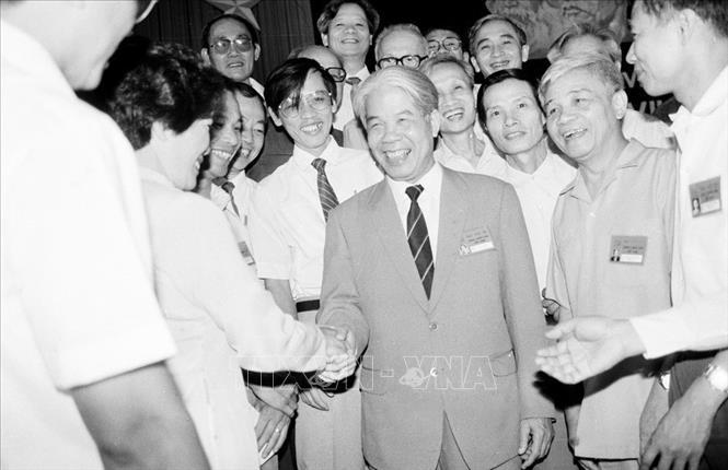 Tổng Bí thư Đỗ Mười với các đại biểu dự Đại hội VII Đảng Cộng sản Việt Nam (tháng 6/1991). Ảnh: Xuân Lâm/TTXVN