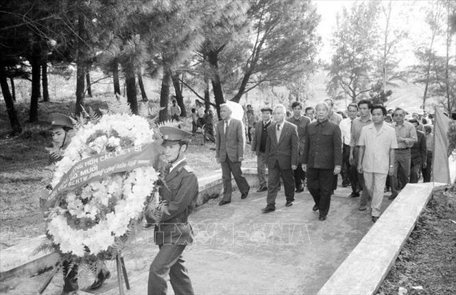 Tổng Bí thư Đỗ Mười đặt vòng hoa viếng các Anh hùng liệt sĩ tại Nghĩa trang liệt sĩ Trường Sơn, tỉnh Quảng Trị (5/3/1993). Ảnh: Xuân Lâm/TTXVN