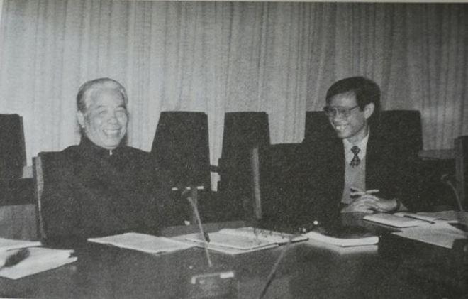 Tháng 12-1996, trên cương vị Tổng Biên tập Báo Nhân Dân, tác giả báo cáo với Tổng Bí thư Đỗ Mười các công việc cuối cùng đưa Báo Nhân Dân từ bốn trang lên tám trang với măng sét mới.