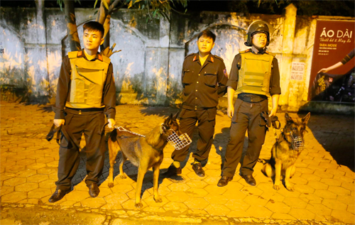 Lực lượng Cảnh sát cùng chó nghiệp vụ phong tỏa đoạn đường để vây bắt Sơn.