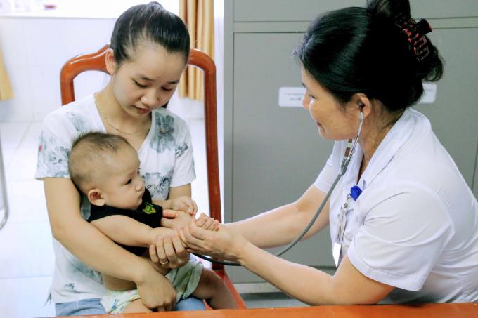 Bệnh nhi bị tay chân miệng đang được điều trị tại BV Đa khoa Phú Thọ