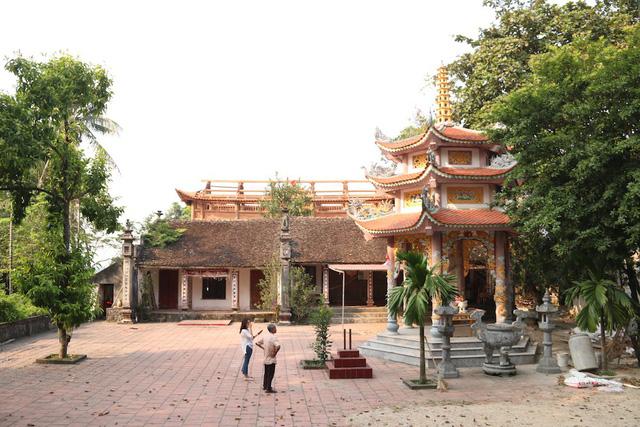 Hiện thôn Phụ Chính còn 2 cây sưa đỏ cổ thụ đều nằm trong khuôn viên chùa làng và được người dân canh gác cẩn thận. Ảnh: Trọng Trinh