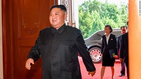 Hình ảnh xế sang Rolls-Royce màu đen mới cóng xuất hiện phía sau ông Kim Jong-un.