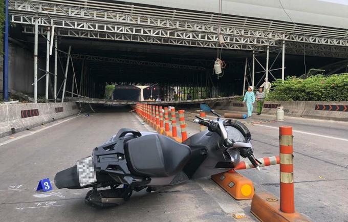 Một thanh niên điều khiển xe máy Honda SH di chuyển qua khu vực trên lúc giàn giáo đổ sập đã bị thương phải nhập viện.