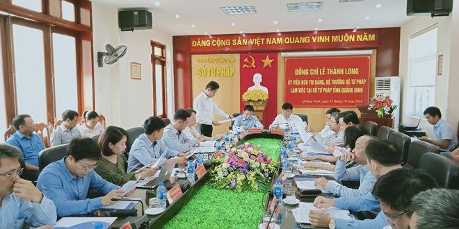 Giám đốc Sở Tư pháp tỉnh Quảng Ninh Hồ Văn Vịnh báo cáo kết quả công tác Tư pháp 9 tháng đầu năm, nhiệm vụ 3 tháng cuối năm 2018.