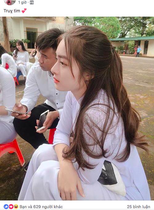 Bức ảnh của Anh Thư được cộng đồng mạng khen ngợi không dứt lời. Em được đặt nick-name: thiên thần áo trắng, cô gái sở hữu góc nghiêng thần thánh...
