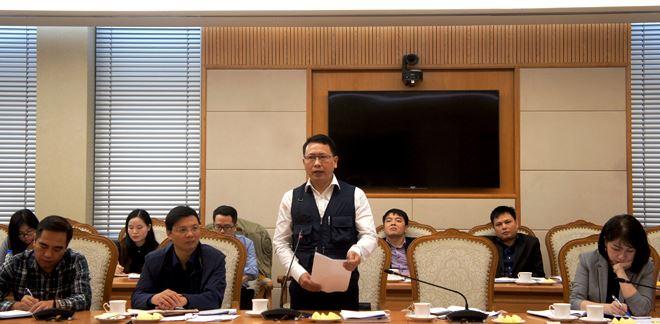 Phó Vụ trưởng Vụ các vấn đề chung về Xây dựng pháp luật, Bộ Tư pháp Trần Văn Đạt phát biểu tại cuộc họp.