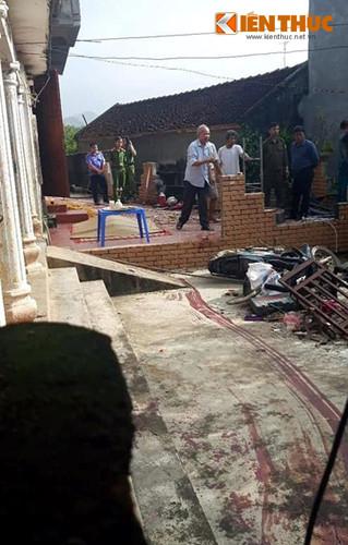 Sau khi chém chết mẹ là bà Nguyễn Thị H (68 tuổi), Nguyễn Chí Thương kéo xác ném xuống giếng rồi bắt chính trai 4 tuổi khống chế làm con tin.