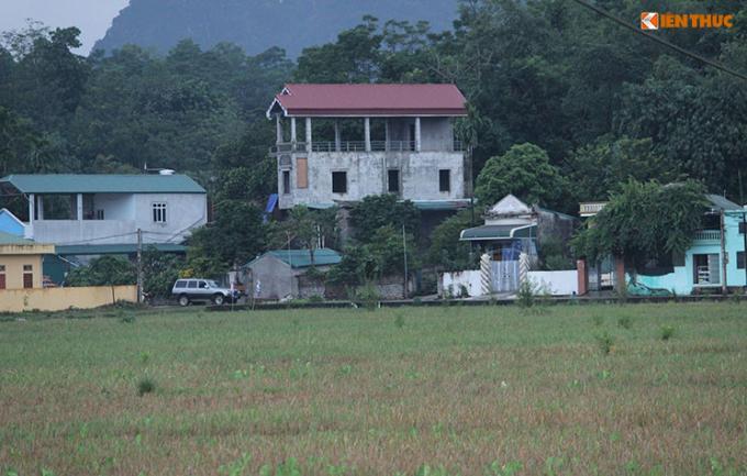 Theo cơ quan chức năng, thời điểm xảy ra vụ việc, vợ của Thương là chị Nguyễn Thị Nguyệt (36 tuổi) cùng con gái lớn Nguyễn Ngọc Kh (10 tuổi) đã kịp bỏ chạy, thoát ra ngoài. Trong ảnh là ngôi nhà của Thương nổi bật giữa xóm (mái đỏ).