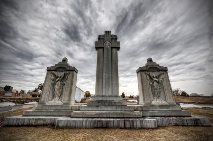 Nghĩa trang Precious Blood (Mỹ):Nằm tại Woonsocket, tiểu bang Rhode Island, Mỹ, nghĩa trang Precious Blood luôn là nơi khiến nhiều người phải dè chừng vì những âm thanh ghê rợn phát ra từ bên trong. Tháng 8/1995, hai cơn áp thấp đã khiến khu vực này hư hại hoàn toàn. Nhiều ngôi mộ bật nắp và cuốn nhiều xác chết nổi lềnh bềnh trên phố, thậm chí còn trôi ra biển. Ảnh:Frank Grace.