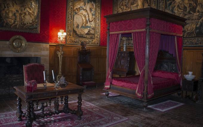Lâu đài Château de Brissac (Pháp):Lâu đài Chateau de Brissac thuộc quyền sở hữu của gia đình quý tộc Cossé-Brissac tại Brissac-Quincé, Maine-et-Loire, Pháp. Vào thế kỷ 15, ông Jacques de Brézé phát hiện vợ gian díu với một người đàn ông lạ trong nhà. Trong cơn giận dữ, ông dùng gươm chém chết bà và nhân tình. Kể từ đó, người ta luôn nghe thấy những tiếng kêu khóc ai oán phát ra từ bên trong lâu đài. Ảnh:Pinspirationaz.