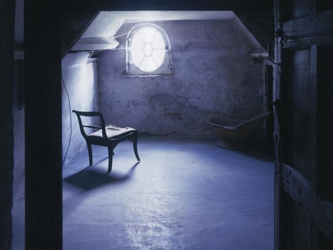 Phòng gác mái ở Norton Conyers (Anh):Căn phòng rùng rợn này chính là cảm hứng cho cuốn tiểu thuyếtJane Eyrecủa nhà văn Charlotte Bronte. Nằm ở Norton Conyers, bắc Yorshire, nơi đây vẫn luôn ẩn chứa những bí ẩn về linh hồn người vợ điên thường quanh quẩn bên trong ngôi nhà. Cách đây không lâu, trong lúc sửa chữa lại căn nhà, người ta phát hiện có xác chết bên trong. Kể từ đó, nơi đây trở thành nỗi ám ảnh của không ít du khách ghé đến. Ảnh:Independent.