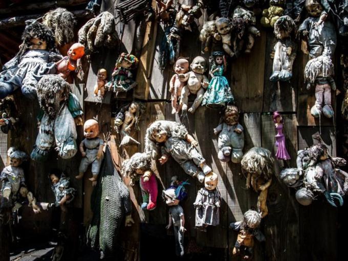 Đảo búp bê (Mexico):50 năm trước, trong một lần đến Xochimilco, Mexico, ông Don Julian Santana Barrera phát hiện thi thể một bé gái chết đuối trên con kênh giữa rừng. Một thời gian sau, ông tìm thấy một con búp bê kỳ lạ gần đó và cho rằng cô bé trước đó chính là chủ nhân của món đồ chơi này. Ảnh:Popsugar.