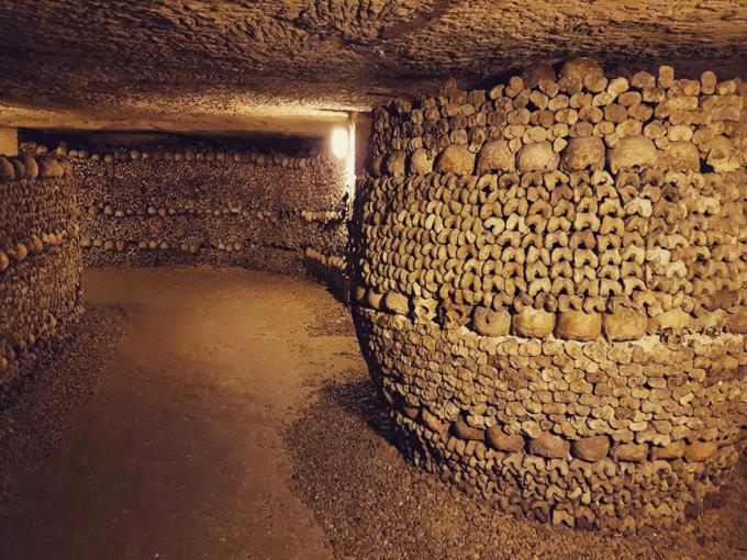 Vào những năm 1980, các nghệ sĩ người Pháp đã nảy ra ý tưởng trang trí lại căn hầm bằng cách sắp xếp lại các bộ xương và điêu khắc lên những bức tường. Dần dần, hầm mộ Paris trở thành địa điểm thu hút sự chú ý của mọi người bởi cách trang trí độc đáo. Đến năm 2005, Pháp mở cửa một phần căn hầm cho phép du khách đến tham quan. Ảnh:Reddit