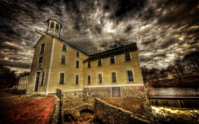 Slater Mill (Mỹ):Nơi này là một khu phức hợp nhà máy dệt nằm cạnh sông Blackstones, Pawtucket, Rhode Island. Trong những năm đầu tiên hoạt động, nhà máy đã đưa trẻ em vào lau dọn hoặc sửa chữa máy móc trong lúc vận hành, dẫn đến cái chết thương tâm của những đứa trẻ tuổi đời còn rất nhỏ.Từ đó, người ta bắt đầu nghe thấy những tiếng la hét và kêu khóc rùng rợn phát ra từ bên trong nhà máy. Một số người cho rằng nhà máy đã bị ma ám, có người thậm chí còn nghe được tiếng nói của cô bé tên Becca văng vẳng quanh khu vực đó. Ảnh:Spookysouthcoast.