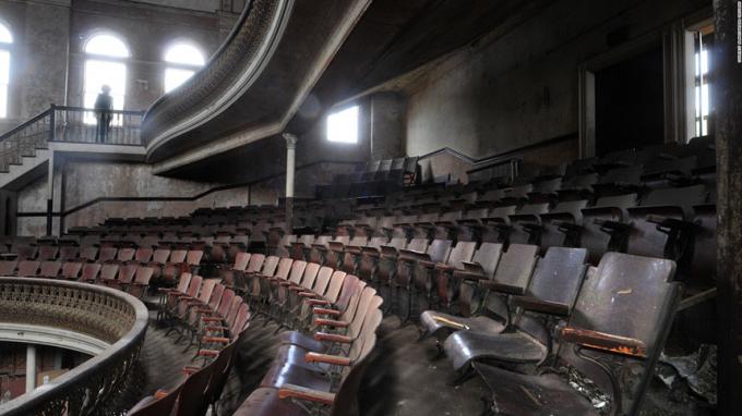 Nhà hát Opera Sterling (Derby, Connecticut):Được xây dựng vào năm 1889, nhà hát Opera Sterling nhanh chóng bị bỏ hoang bởi những hiện tượng khó hiểu xảy ra tại đây. Nhiều nhà nghiên cứu đã ghi lại được những bóng đen bí ẩn đi lại bên trong ngôi nhà, tiếng trẻ em cười đùa và những dấu tay in hằn trên các bức tường. Thậm chí, nơi đây còn có những luồng khí rợn người luôn bao quan khu vực khán đài. Người ta cho rằng 1.200 chiếc ghế khán giả cũng bị ma quỷ chiếm giữ. Ảnh:Topsimages.