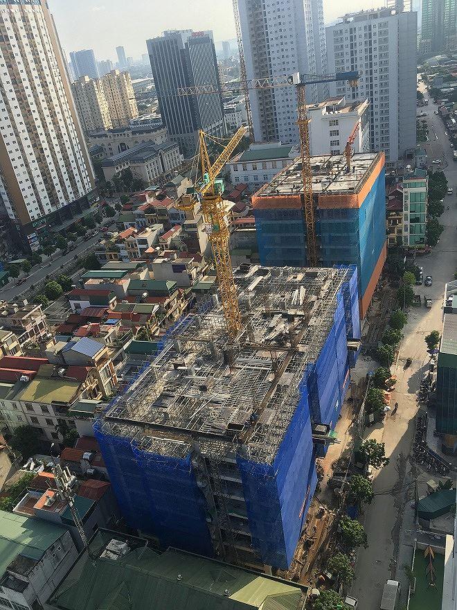 Nhiều công trình xây dựng ngay sát mặt đường hoạt động khi có mật độ phương tiện tham gia giao thông cao.