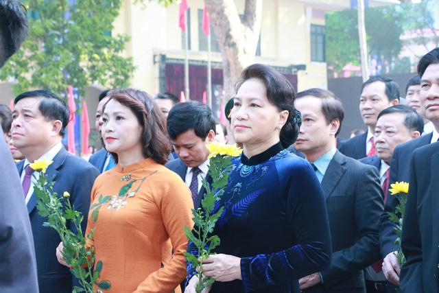 Chủ tịch Quốc hội Nguyễn Thị Kim Ngân cùng các khách mời dâng hoa tại tượng đài Danh sư Chu Văn An.