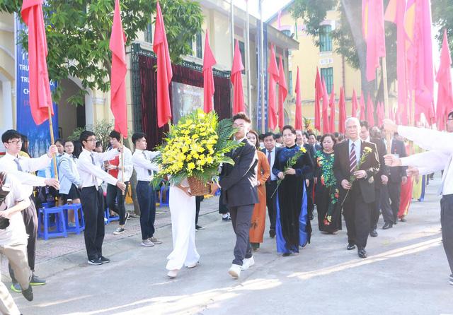 Chủ tịch Quốc hội cùng khách mời đến tham dự lễ kỉ niệm 110 năm Trường Bưởi- Chu Văn An.