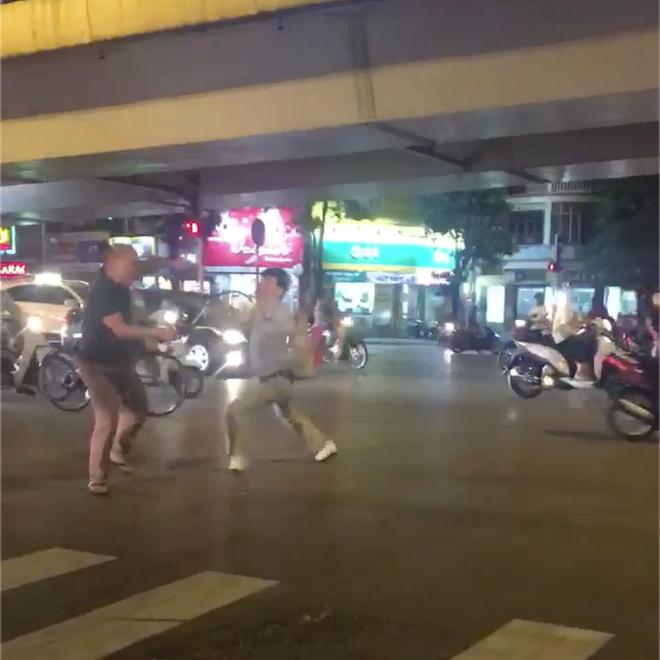 [Clip]: Hỗn chiến bằng vợt tennis ngay trên phố