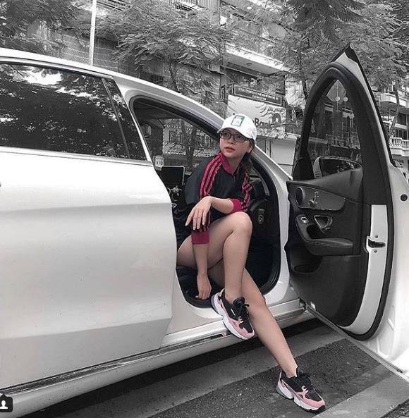 Mặc dù chỉ mới 19 tuổi nhưng cô gái Quảng Nam hiện đang sử hữu lượng theo dõi hơn 200 nghìn người trên Facebook và trên Instagram.