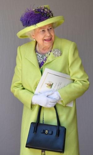 Ở tuổi ngoài 90, Nữ hoàng Elizabeth II vẫn khiến cả thế giới ngưỡng mộ bởi gu thời trang đẳng cấp, thanh lịch. Xuất hiện trongđám cướicủa cháu trai, Hoàng tử Harry, bà chọn áo dáng váy xanh nõn chuối, đội mũ cùng màu và nhấn bằng bông hoa màu tím.