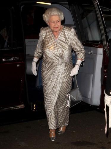 Năm 2012, Nữ hoàng diện đầm sequin lấp lánh khi tham dự buổi hòa nhạc diễn ra tại nhà hát Royal Albert Hall.