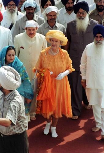Nữ hoàng trẻ trung trong màu cam với họa tiết chấm bitươi vui.Nữ Hoàng Elizabeth vẫn luôn nổi bật với phong cách thời trang hiện đại,kết hợphài hòa giữatrang phụcvà trang sức.