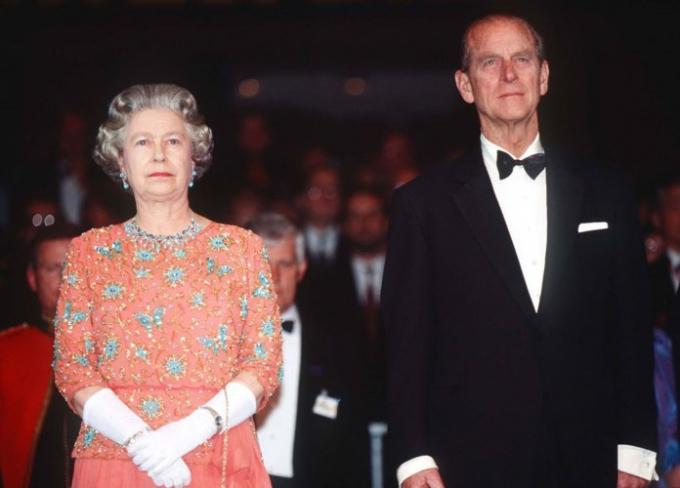 Năm 1992, Nữ hoàng Elizabeth xuất hiện với trang phục hoa sặc sỡ. Đây là một trong những lần hiếm hoi bà chọn họa tiết màu nổi.