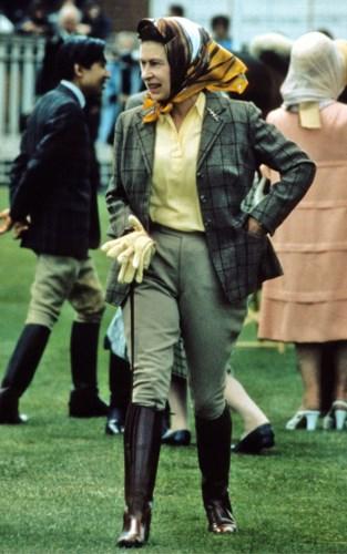 Theo dõi thời trang của Nữ hoàng Anh, nhiều người đã phát hiện ra một điều hết sức thú vị là bà chỉ luôn diện váy, rất ít khi diện trang phục với quần dài trong các hoạt động chính thức của Hoàng gia.