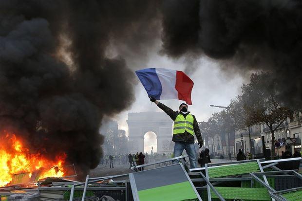 Người biểu tình trên đại lộ Champs-Élysées, Paris, Pháp, ngày 24/11. (Nguồn: AP)