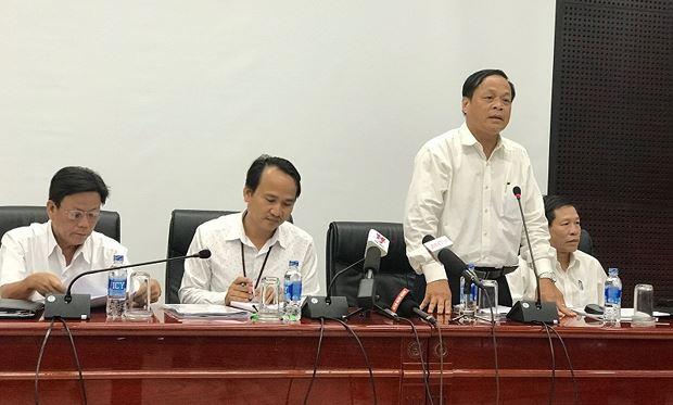 Ông Võ Ngọc Đồng (người đứng) trả lời về những hoài nghi liên quan đến kỳ thi tuyển công chức